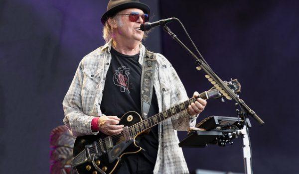 Legendarni Neil Young najavio da će u oktobru objaviti novi album s grupom Crazy Horse