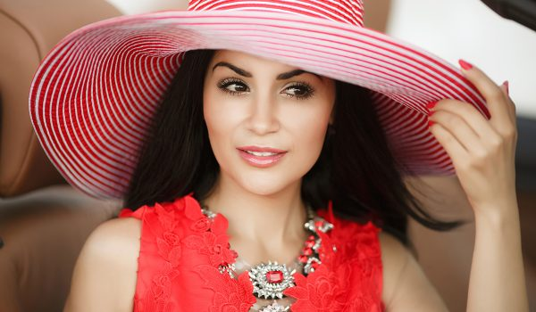 Slamnati šešir, dodatak za posebne i upečatljive ljetnje kombinacije