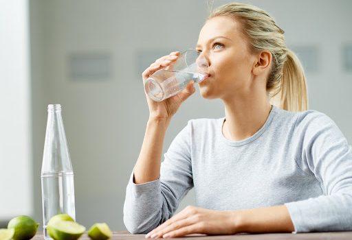 Evo šta se dešava u našem telu ako popijemo čašu vode pre spavanja!