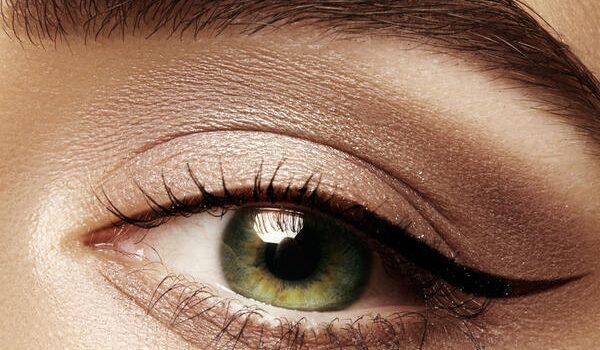 """Tamna senka i sedefaste nijanse su pravi izbor: 5 saveta kako da najbolje prilagodite šminku """"spuštenim"""" kapcima"""